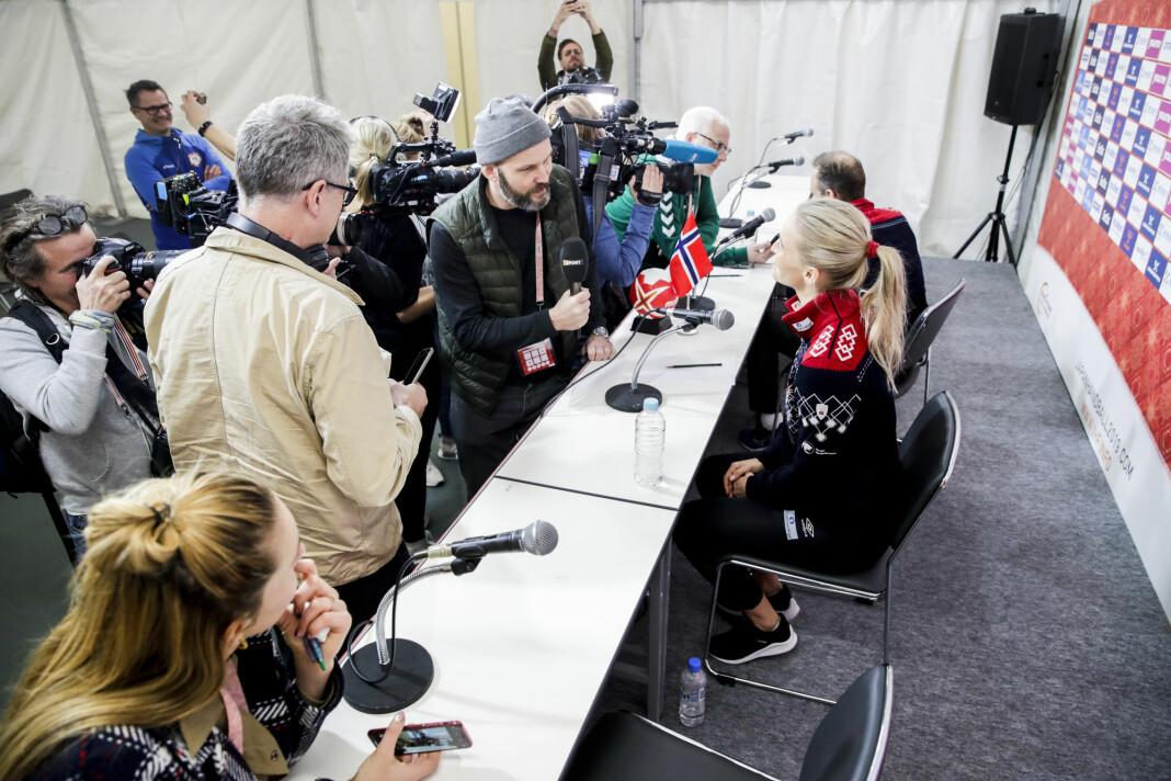 Kjønnsubalansen i sportsjournalistikken er problematisk, mener sportsredaktører. Her intervjues Stine Bredal Oftedal og landslagssjef Thorir Hergeirsson dagen etter seier mot Tyskland i håndball-VM i Japan.