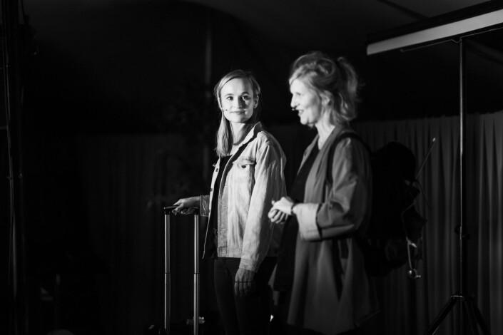 Heidi Taksdal Skjeseth og Ingerid Salvesen tok publikum med på en togreise til Italia, fra ei scene i Oslo.