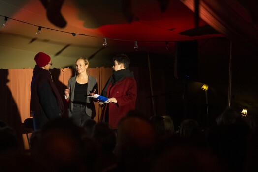 Brian Cliff Olguin og Miriam Sorge Folkvord går på visning hos «eiendomsmegler» Heidi Taksdal Skjeseth når de framfører sit stykke om norsk boligpolitikk.