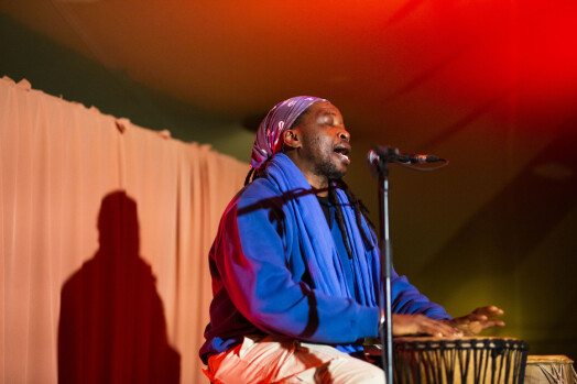 Sidiki Camara, en av Malis ledende perkusjonister, spilte mens NRK-veteran Tomm Kristiansen fortalte.