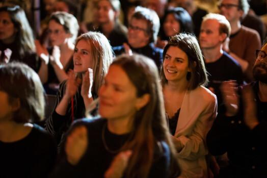 Publikum applauderer når Tomm Kristiansen forteller om stjerneperkusjonistens bakgrunn.