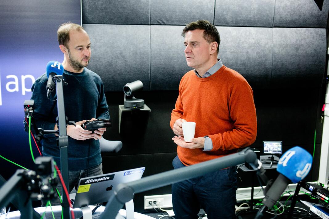 Forklart-programleder Andreas Bakke Foss og sjefredaktør Espen Egil Hansen i samtale om egen podkast idet Journalisten stikker innom.