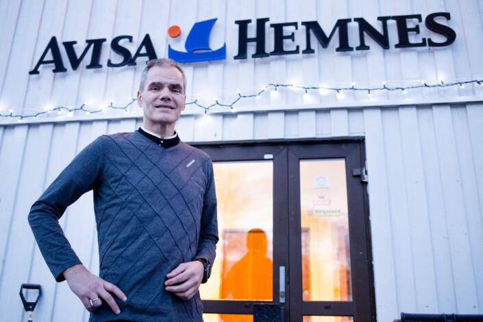 Redaktør Knut Martinsen utenfor avislokalet i Korgen, som er et tettsted i Hemnes kommune.