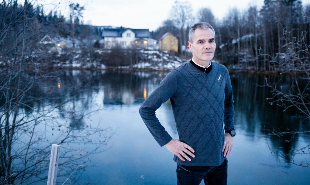 Knut Martinsen like ved elven som passerer redaksjonslokalene til Avisa Hemnes i Nordland.