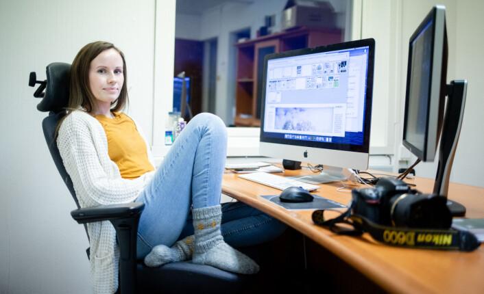Ellen Rabliås i sin dagligdagse posisjon på Avisa Hemnes' kontor.