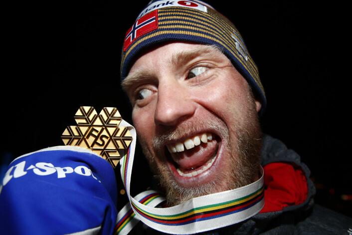 Martin Johnsrud Sundby ser ned på sin første individuelle gullmedalje fra internasjonale mesterskap etter å ha vunnet 15-kilometer klassisk i Seefeld-VM. Foto: Terje Pedersen / NTB scanpix