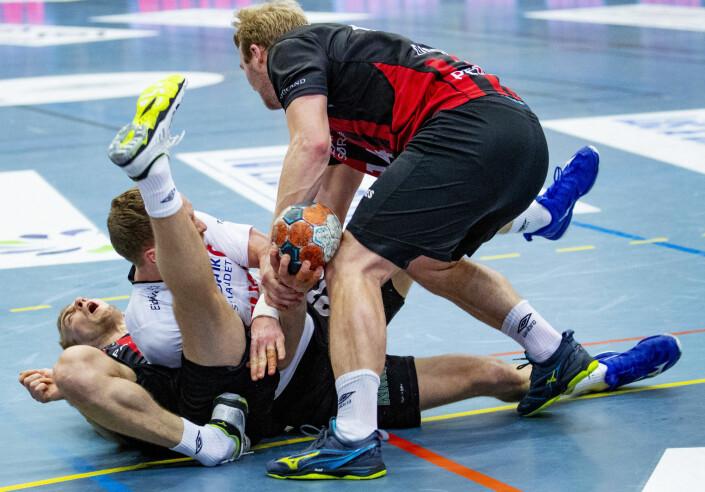 Det gikk hardt for seg mellom Elverum og ØIF Arendal i håndballsluttspillet for menn. Josip Vidovic ødela ankelen i dette sammenstøtet. Foto: Geir Olsen / NTB scanpix