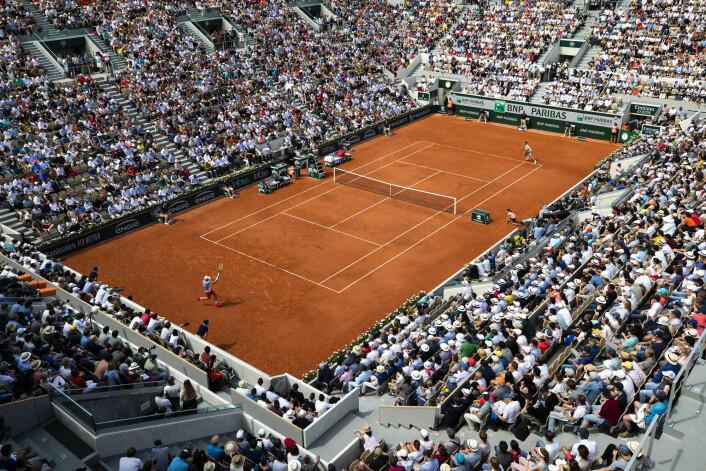 Casper Ruud spiller en av sine største tenniskamper når han møter Roger Federer på den røde grusen i Roland-Garros-turneringen i Paris. Sveitseren ble for god og vant 3-0 i sett. Foto: Berit Roald / NTB scanpix