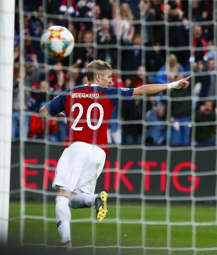 Martin Ødegaard scorer sitt første A-landslagsmål for Norge i 2-2-kampen mot Romania på Ullevaal. Poengdelingen førte til at det norske laget ikke kvalifiserte seg til EM 2020. Foto: Terje Pedersen / NTB scanpix