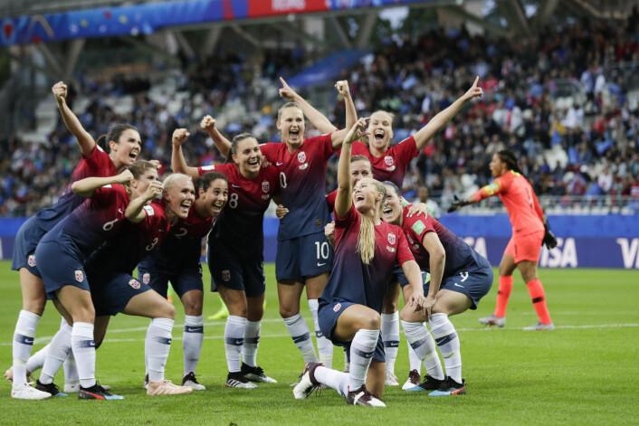 De norske fotballjentene feirer med en selfie-variant etter 3-0-seier over Nigeria under VM i Frankrike. Foto: Stian Lysberg Solum / NTB scanpix