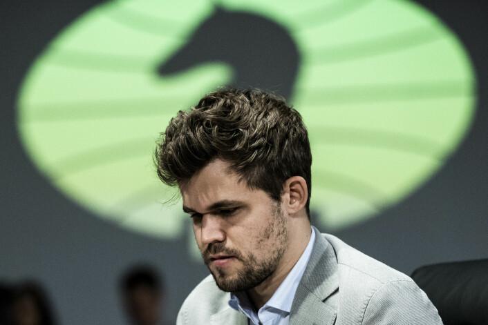 Magnus Carlsen i dyp konsentrasjon under et parti i VM i fischersjakk. Han tapte overraskende finalen mot Wesley So. Foto: Berit Roald / NTB scanpix
