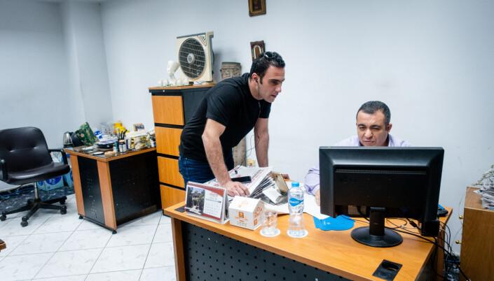 De er fire som deler kontoret, her er Hossam med kollegaen Alaa Hegab