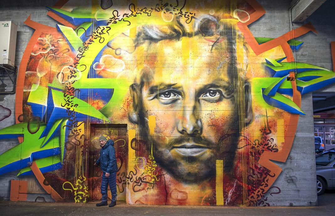 Gatekunstnere har laget et kunstverk av avdøde Ari Behn på en vegg på det gamle bygget til Biltilsynet i Fyllingsdalen i Bergen.