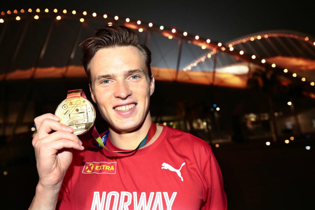 Karsten Warholm med sin gullmedalje fra VM i Doha. Han bidro til å gi NRK det beste TV-resultatet i fjor.