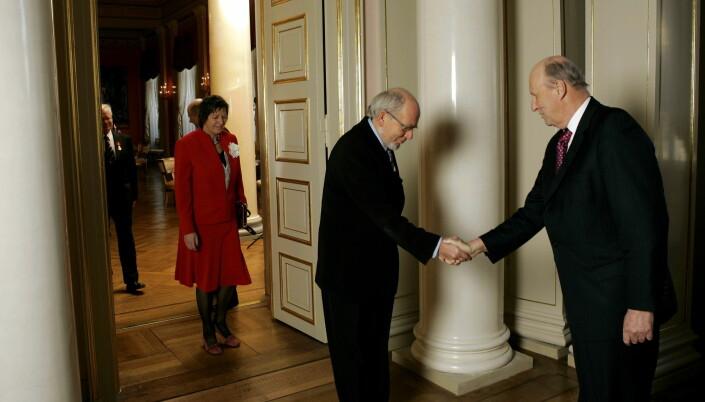 Her hilser Thore Bjarne Bore og hans kone Marie Rein Bore på kong Harald. Bildet er tatt i 2006 i forbindelse med at han fikk Kongens fortjenstmedalje i gull