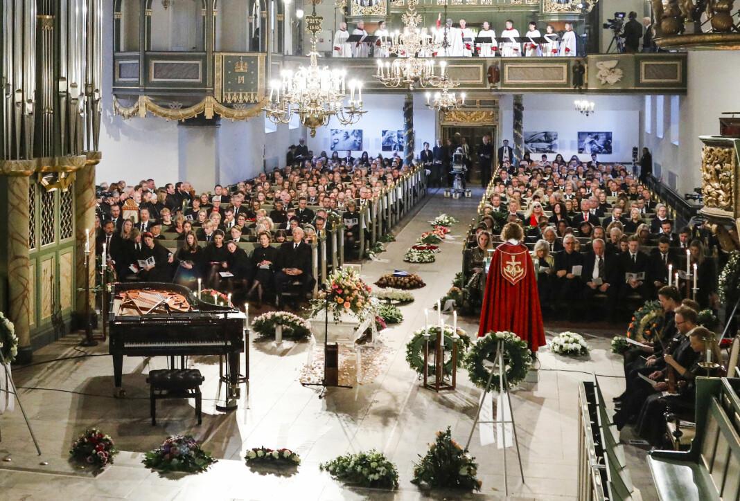 Kronprins Haakon (t.v. foran), en venn av familien ved siden av Maud Angelica Behn, Leah Isadora Behn, Prinsesse Märtha Louise, Emma Tallulah Behn, dronning Sonja, kong Harald ved båren til Ari Behn i Oslo domkirke under bisettelsen