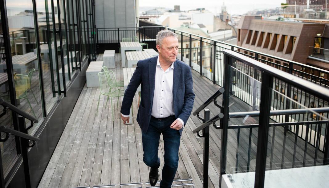 Konsernsjef Are Stokstad står på toppen av Amedia-bygget i Akersgata i sentrum av Oslo.