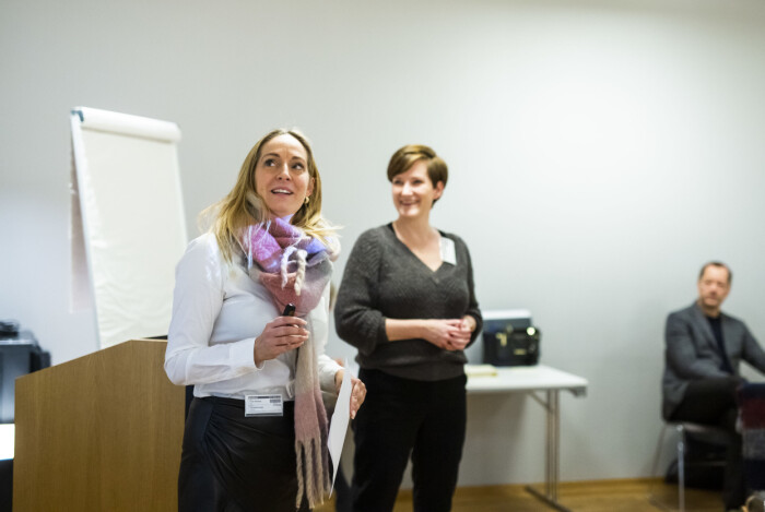 Trine Ohrberg i MBL og Veslemøy Østrem i Medienettverket ønsket velkommen til siste samling for mentorprogrammets første kull.
