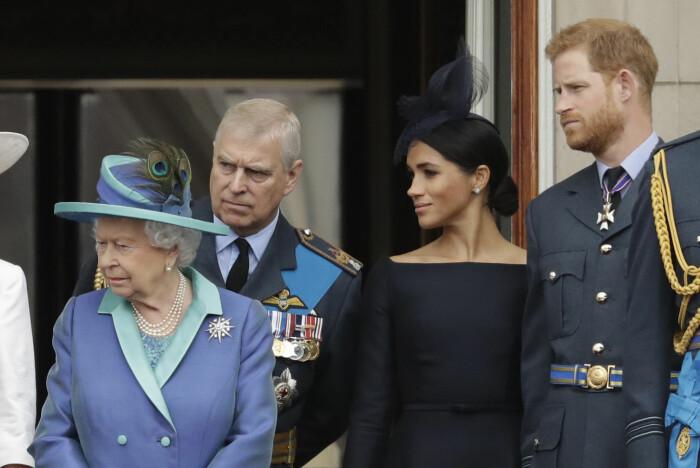 Prins Harry og Meghan fotografert sammen med dronning Elizabeth og prins Andrew, Harrys onkel, i juli 2018.