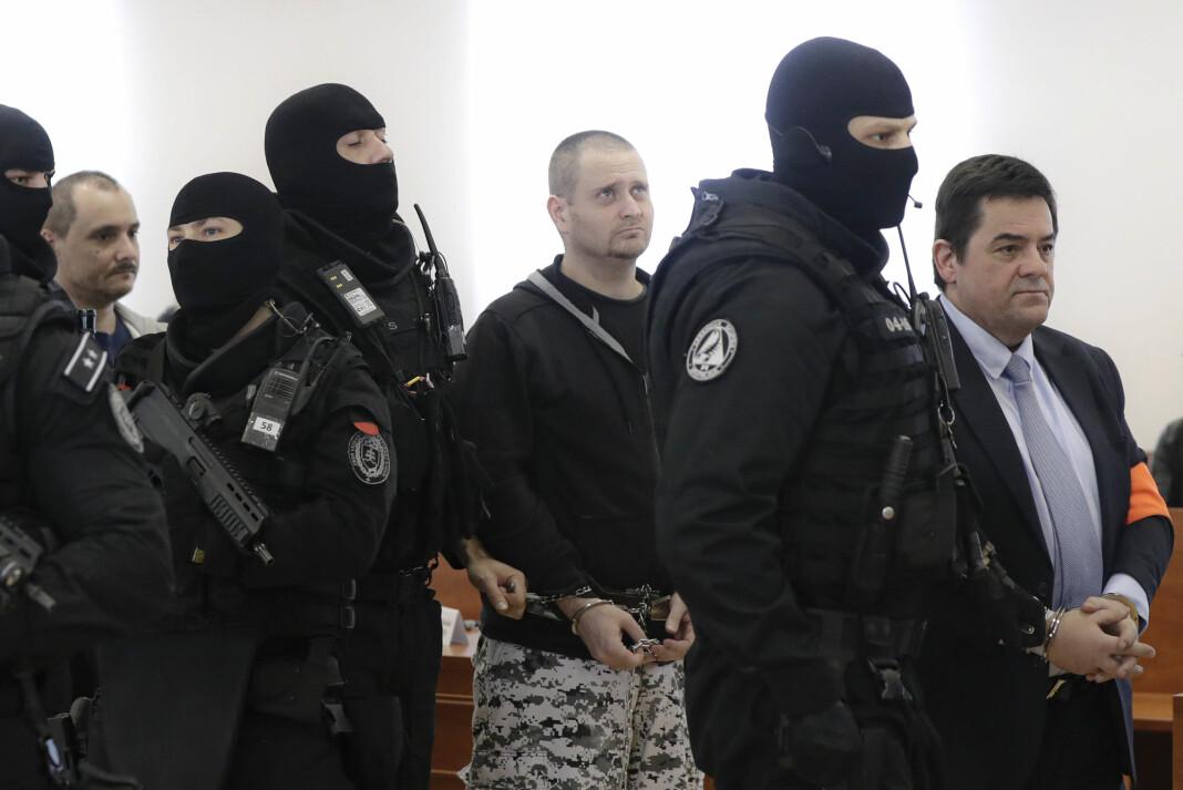 Den tidligere soldaten Miroslav Marcek (i midten) har tilstått å ha drept den slovakiske gravejournalisten Jan Kuciak og hans forlovede. Forretningsmannen Marian Kocner (t.h.), som er tiltalt for å ha bestilt drapet, nekter all skyld. Foto: AP / NTB scanpix