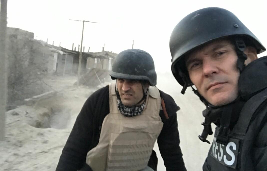 Afshin Ismaeli og Tor Arne Andreassen besøker fronten under kampene mot IS i Syria, januar 2019. Nå er de også nominert til Den store journalistprisen.