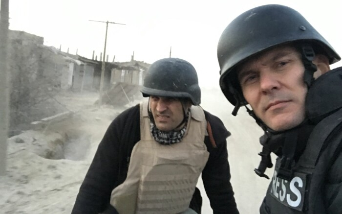 Afshin Ismaeli og Tor Arne Andreassen besøker fronten under kampene mot IS i Syria, januar 2019.