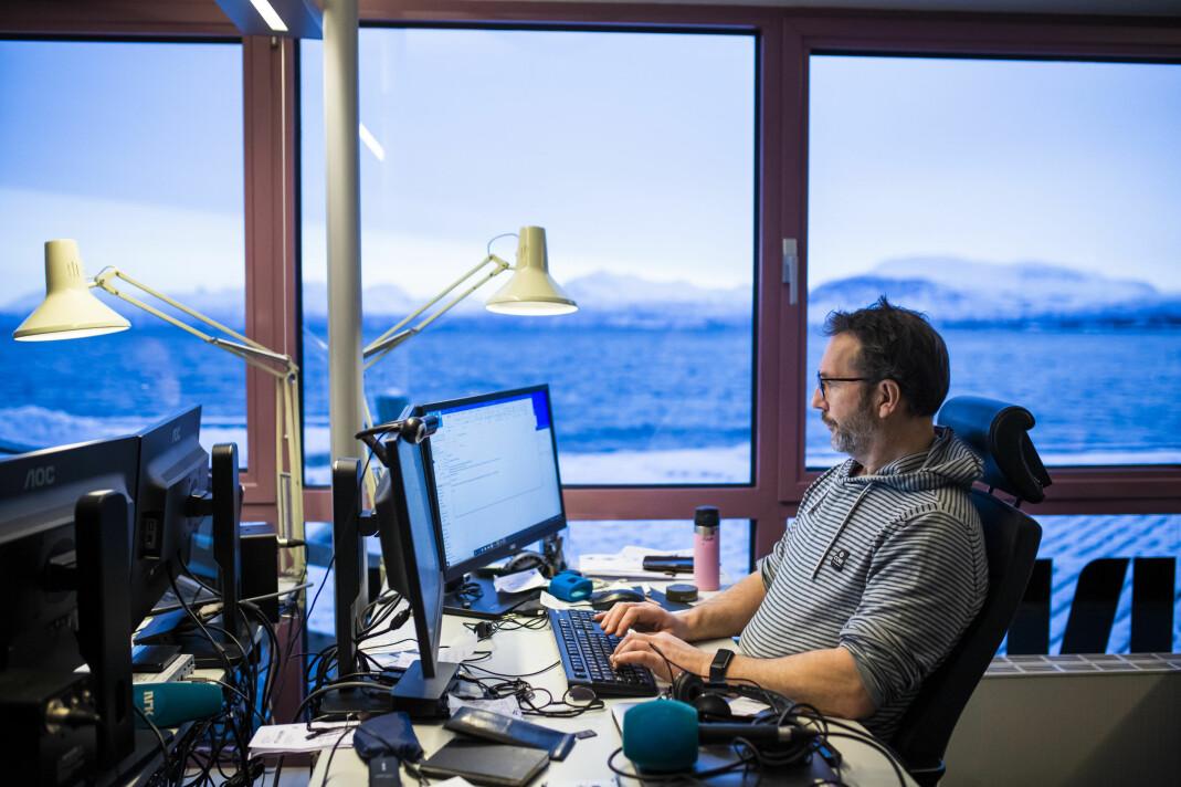 Martin Mortensen har god utsikt fra kontorpulten sin på kaia i Harstad. – Jeg mener det er NRKs forse, at vi er så desentralisert, sier han.