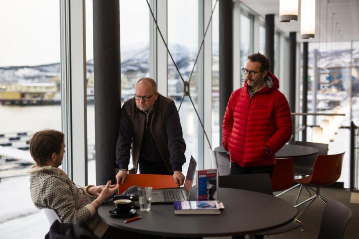 Ikke sjelden får Mehren og Mortensen ideer til saker når de kjøper kaffe eller spiser lunsj i kantina til UiT-campusen i nabobygget. Her snakker de med en masterstudent om klimaregnskap.