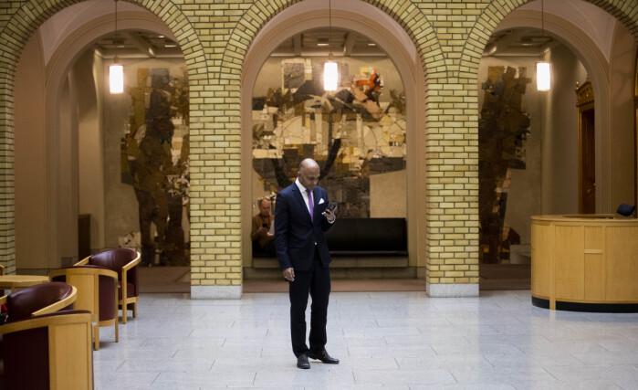 Lars Nehru Sand tilbringer mye tid på Stortinget, blant annet i vandrehallen.