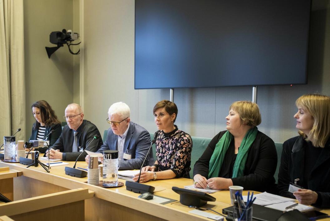 Høring om medieansvarsloven på Stortinget. Fra medieorganisasjonene: Reidun Kjelling Nybø, Arne Jensen, Dag Idar Tryggestad, Ina Nyrud, Elin Floberghagen og Randi Øgrey.