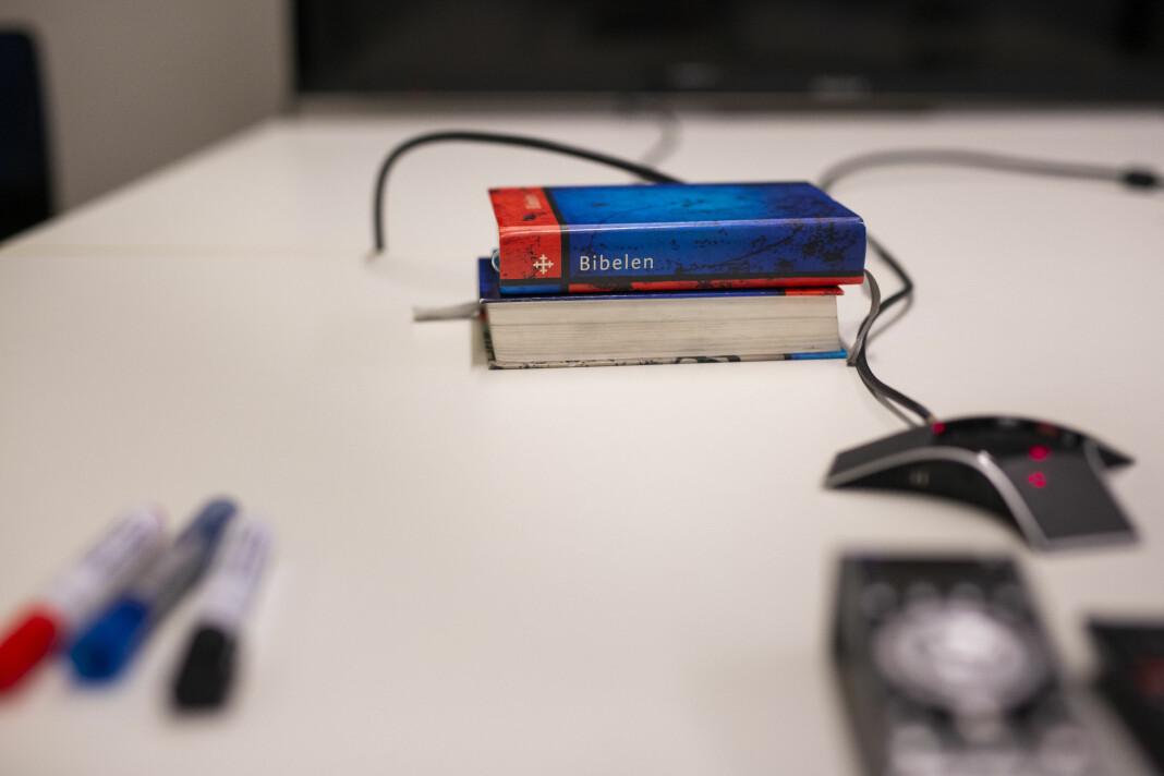 Tusj, konferansetelefon og Bibelen. Alt ligger klart på møtebordet til Dagen.