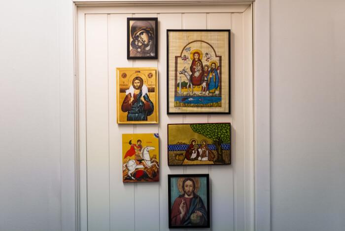 Redaktør Kari Fure har kontoret dekorert av kristne ikoner fra reiser rundt i verden.