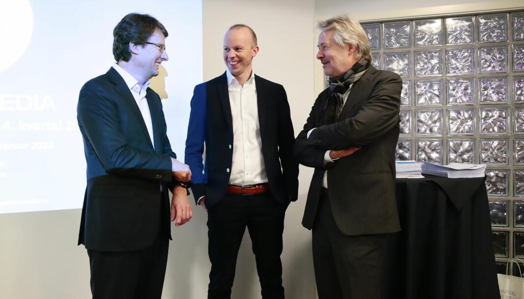 Polaris Medias konsernsjef Per Axel Koch (t.v.) og konstituert finansdirektør Håkon Brækken sammen med styreleder Torry Pedersen (t.h.).