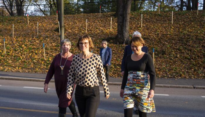 Lisbeth Morlandstø (i midten) ga ut bok om lokaljournalistikk i fjor. Her sammen med medforfattere Hege Lamark (t.v) og Birgit Røe Mathisen.