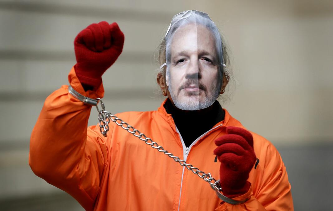 Over hundre leger anklager Storbritannia for å nekte Wikileaks-grunnlegger Julian Assange skikkelig helsehjelp. Her en demonstrant foran en rettsbygning i London i slutten av januar.