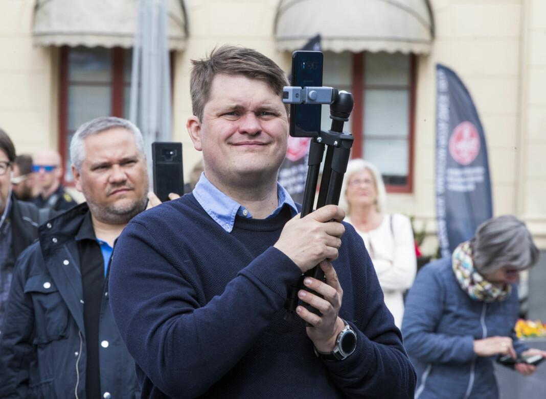 Lars Akerhaug filmer FrP-arrangement i Drammen 1. mai 2019.