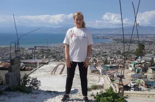 Her er hun i Haiti, på jobb for Leger Uten Grenser.