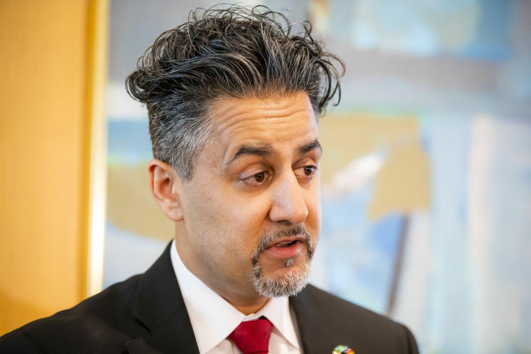 Kulturminister Abid Raja (V) vil få slutt på ulovlig pengespillreklame på norske TV-skjermer.