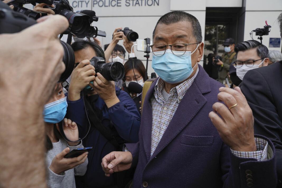 Grunnleggeren av Hongkong-avisen Apple Daily, Jimmy Lai, fotografert på vei ut fra politistasjonen i Hongkong fredag.