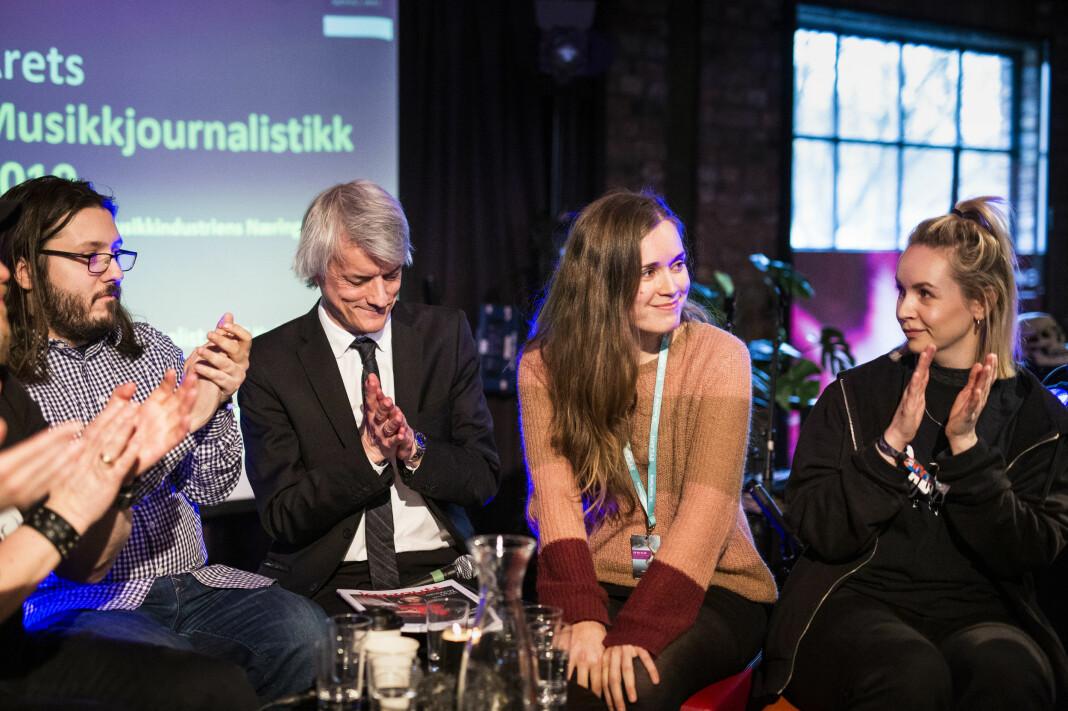 Klassekampens Mari Brenne Vollan får prisen for «Årets musikkjournalistikk» i 2019, og applauderes av de andre nominerte: Egon Holstad, Filip Roshauw, Audun Vinger og Christine Dancke.