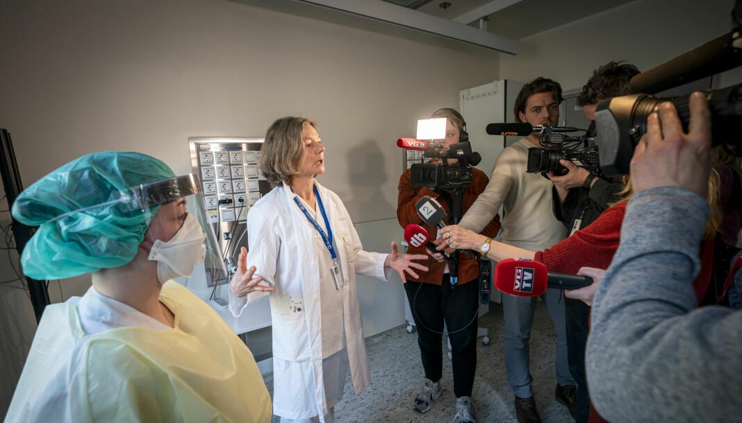 Overlege ved medisinsk avdeling, Torgun Wæhre (t.h) og fagutviklingssykepleier Marte Rygh Selmer ikledd smittevernutstyr snakker til pressen på isolatposten på Ullevål sykehus. Det er hit eventuelle koronasmittede vil komme.