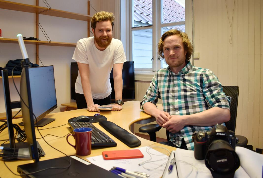 Truls Bjørkum Larsen (t.v) og Christian Nørstebø ble permittert like etter de fikk fast jobb i Lillesands-Posten.