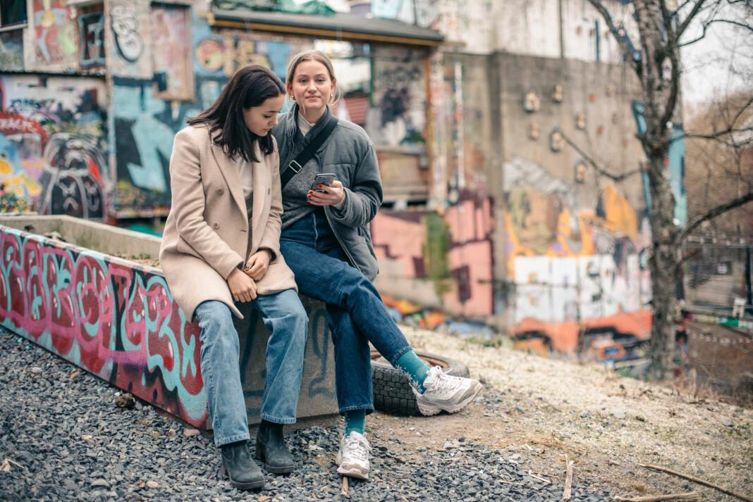 Marie Meltvedt Lyseggen og Selma Røeggen er på Facebook, men deltar sjelden i debatter på sosiale medier.