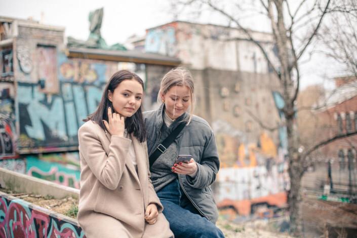 Marie Meltvedt Lyseggen og Selma Røeggen har begge sett at andre hetses for meninger på sosiale medier.