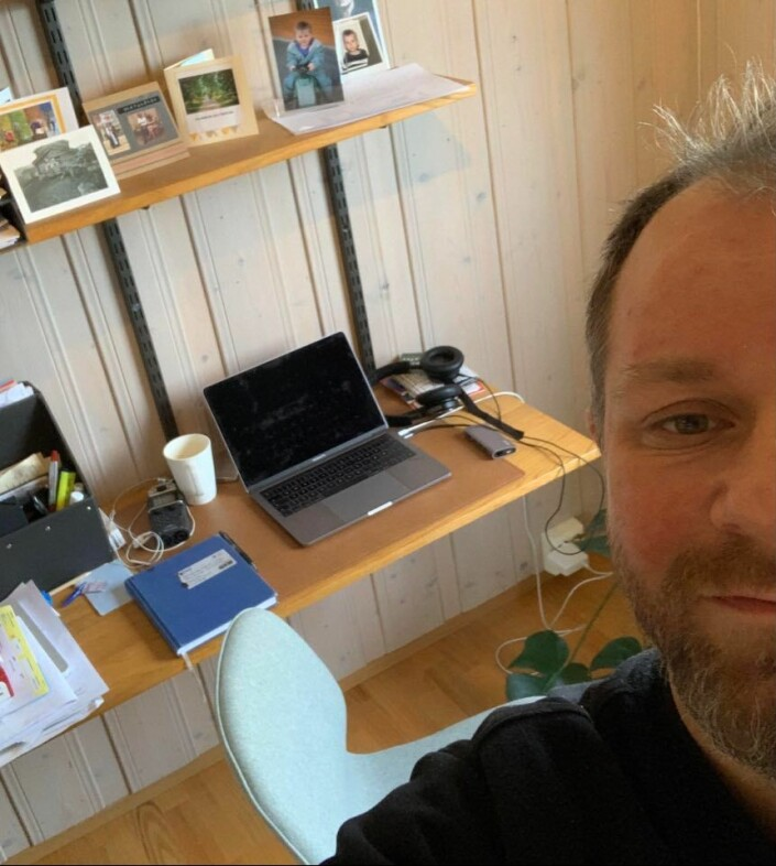 VGs Tor-Erling Thømt Ruud spiller inn stemme under dyna, og intervjuer via apper til podkasten «Verdens Gang»