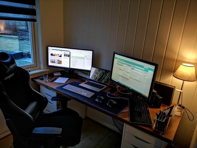Simon Aldra, nettsjef i Brønnøysunds avis, har tre skjermer på sitt hjemmekontor.
