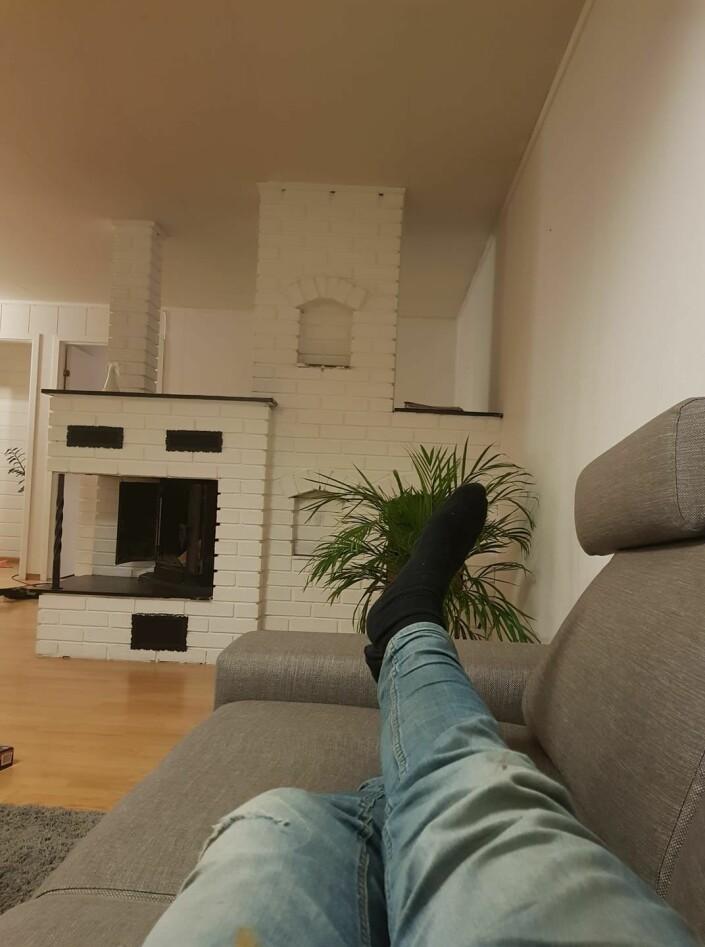 Hamar Arbeiderblad-journalist Stian F. Steinsvik delte dette bildet av sitt «hjemmekontor», men understreker overfor Journalisten at det var med en spøkefull tone.