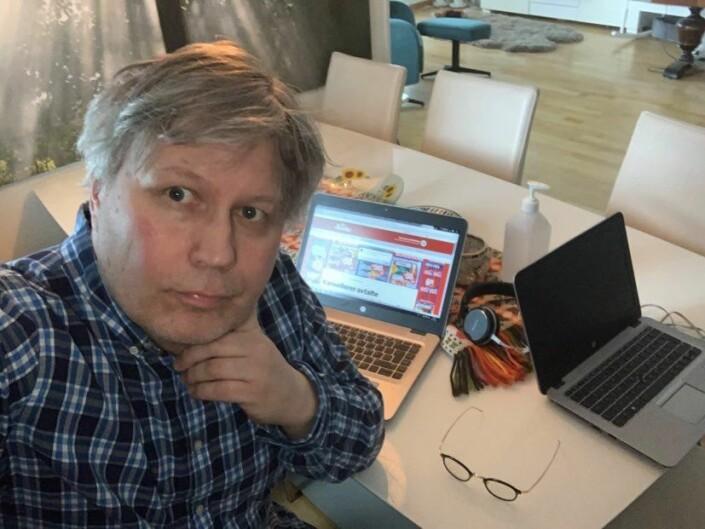 Politisk redaktør Skjalg Fjellheim i Nordlys har både hjemmekontor og er i karantene etter en tur til London. – Vi står han av, skriver han til Journalisten.