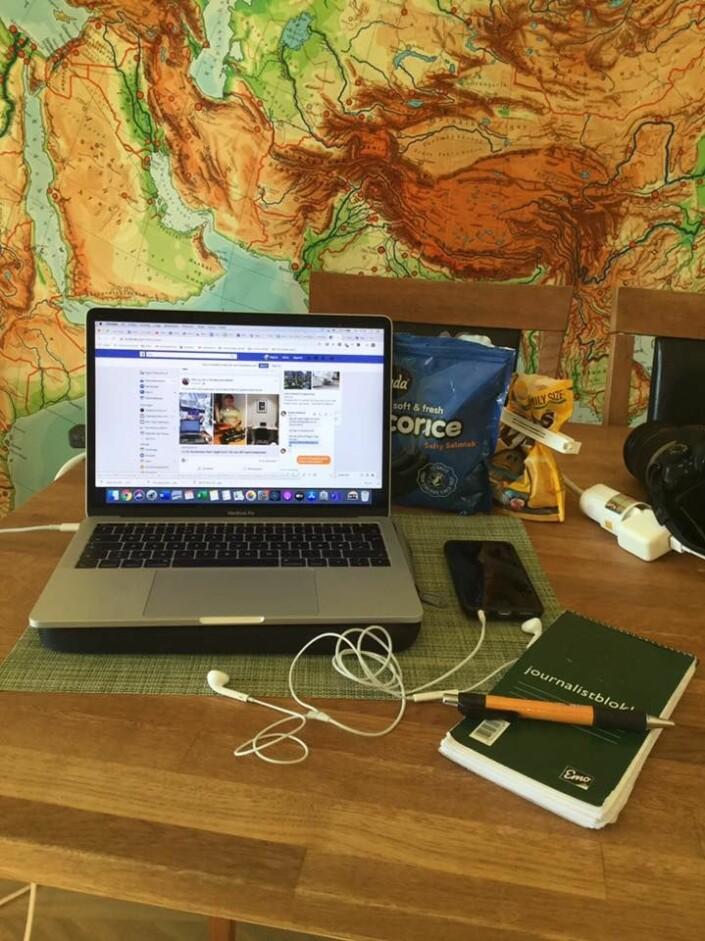 Mac, journalistblokk, telefon og snop på hjemmekontoret til redaktør Ingunn Marie Ruud i Kristelig Pressekontor.