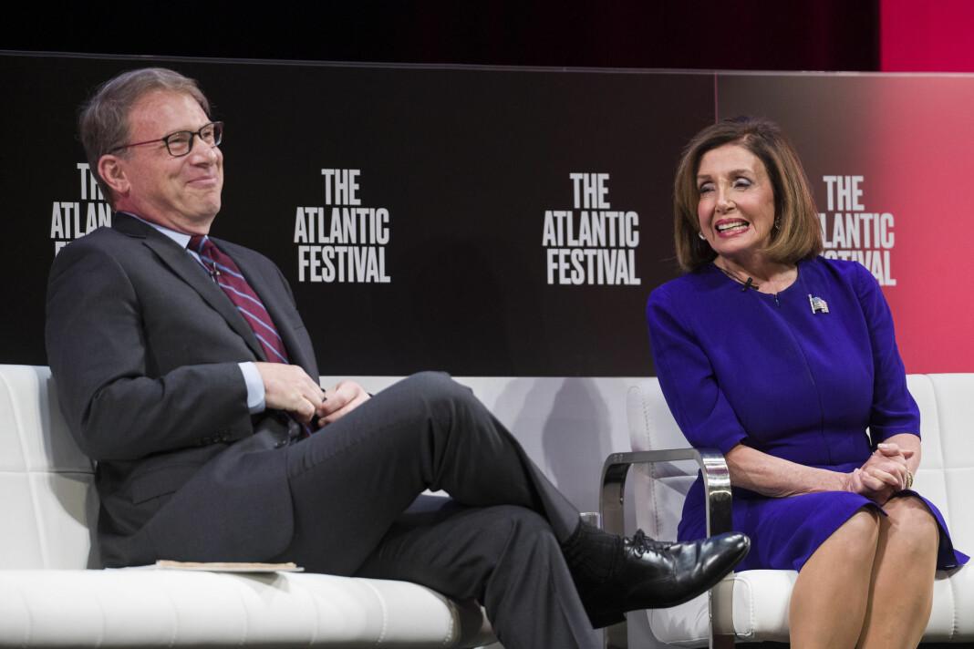 Sjefredaktør Jeffrey Goldberg intervjuer Nancy Pelosi på scenen under The Atlantic Festival.